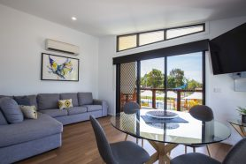 Aqua Rise Villas dining and lounge : All Seasons Holiday Park Mildura